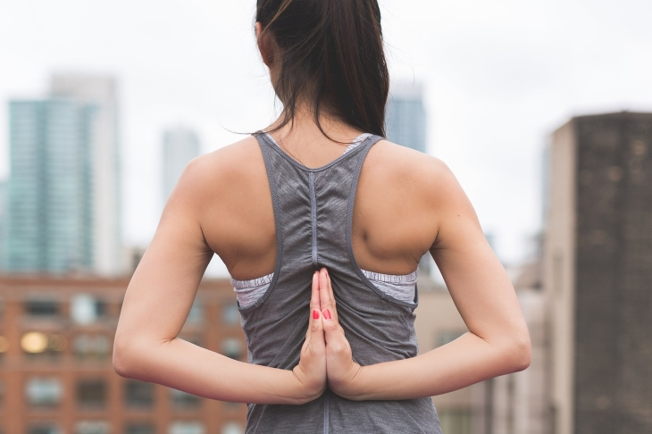Yoga Übung für Schulter und Nacken.