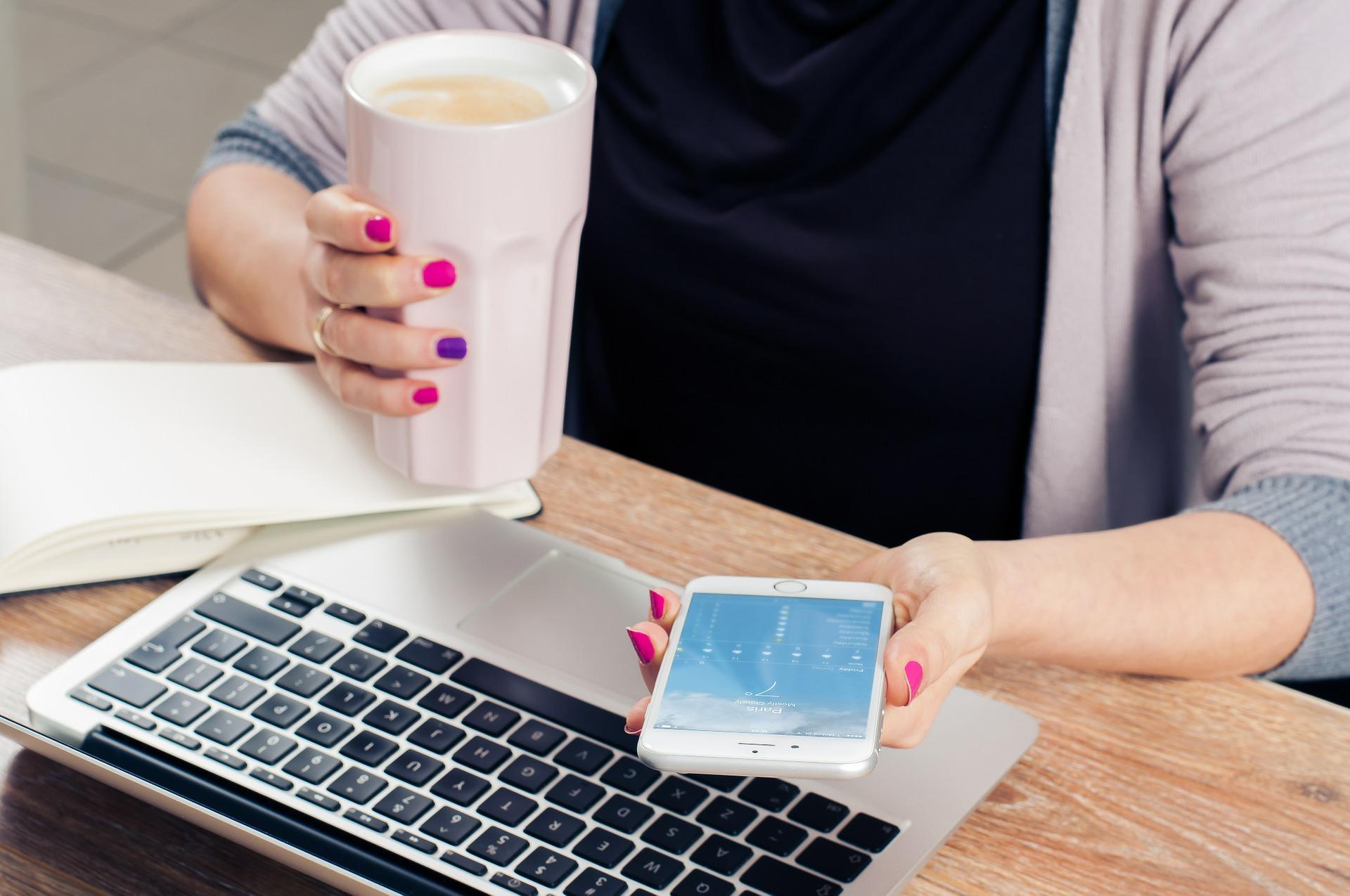 laptop-handy-kaffee-energie-schreibtisch