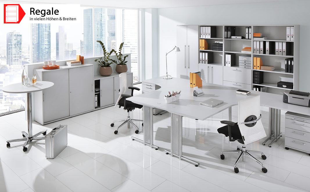 Ein Büro mit weißen Regalen