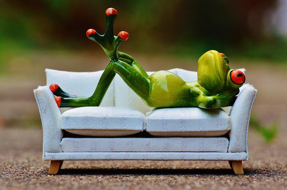 Auf der Couch liegen